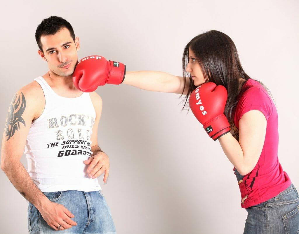 女性が男性を殴っている