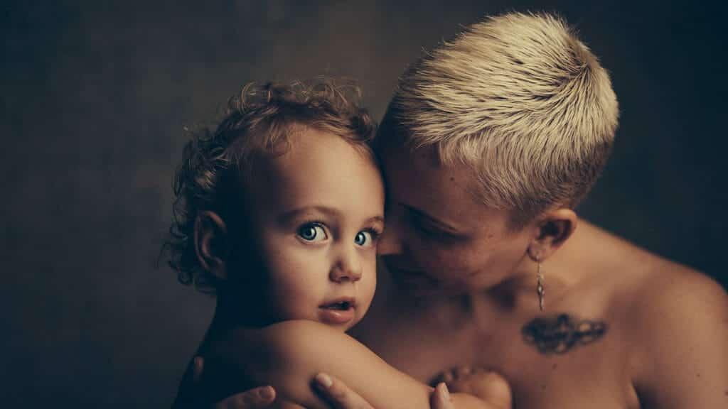 子どもを抱きかかえる母