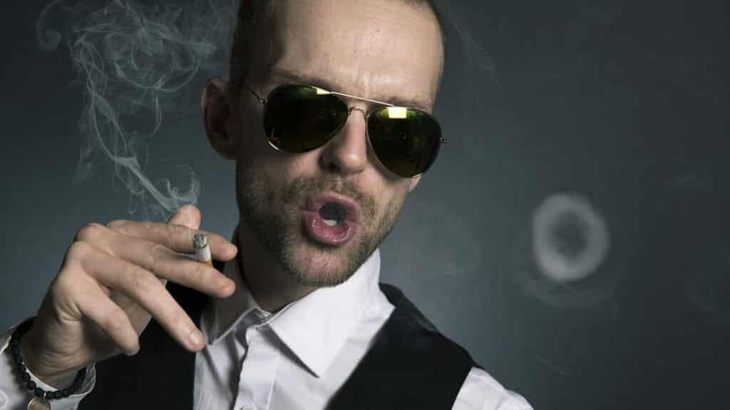 煙草をふかす男