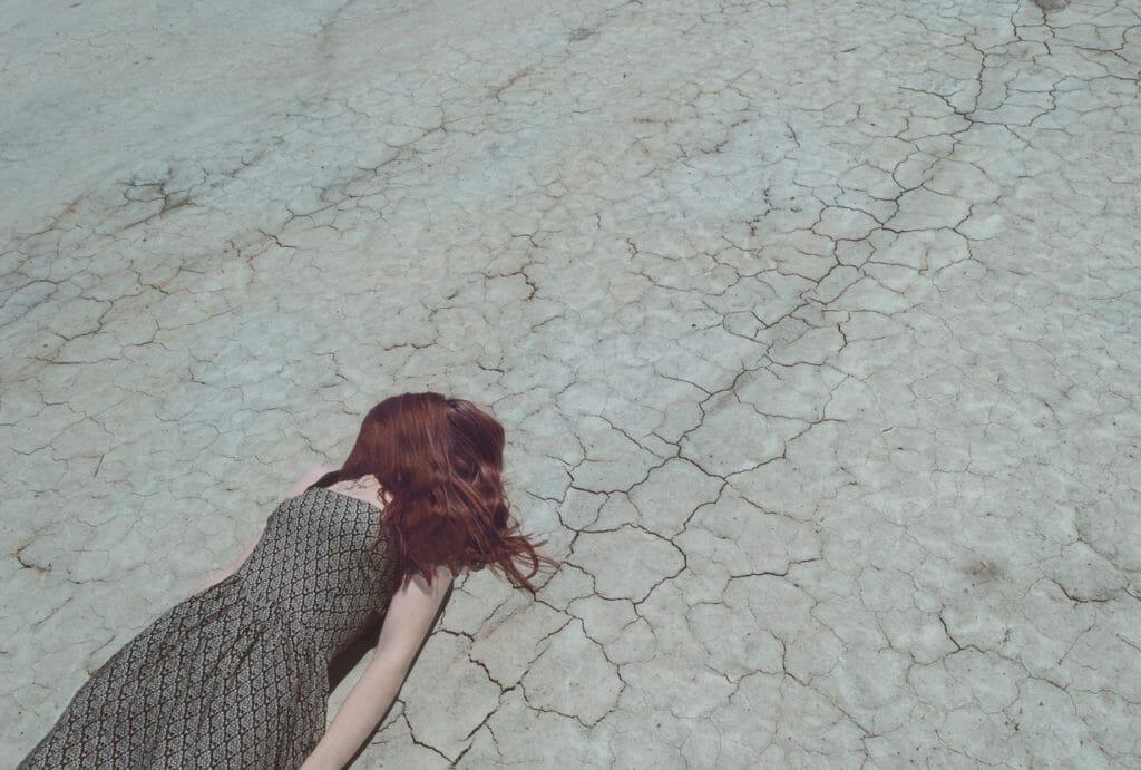 倒れる女性