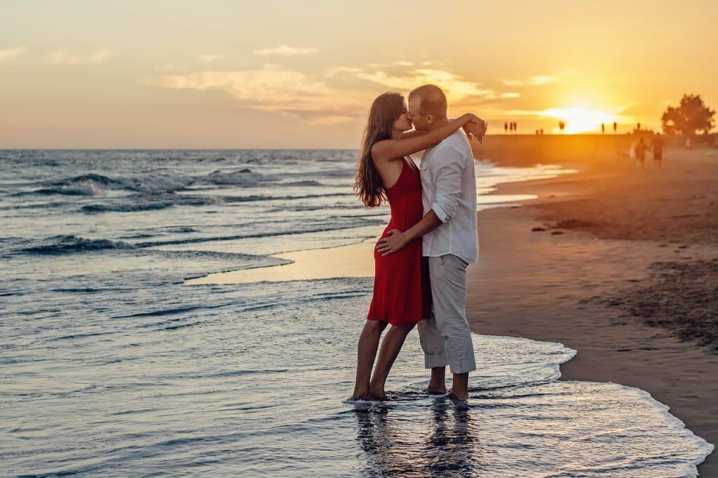 海で抱き合うカップル