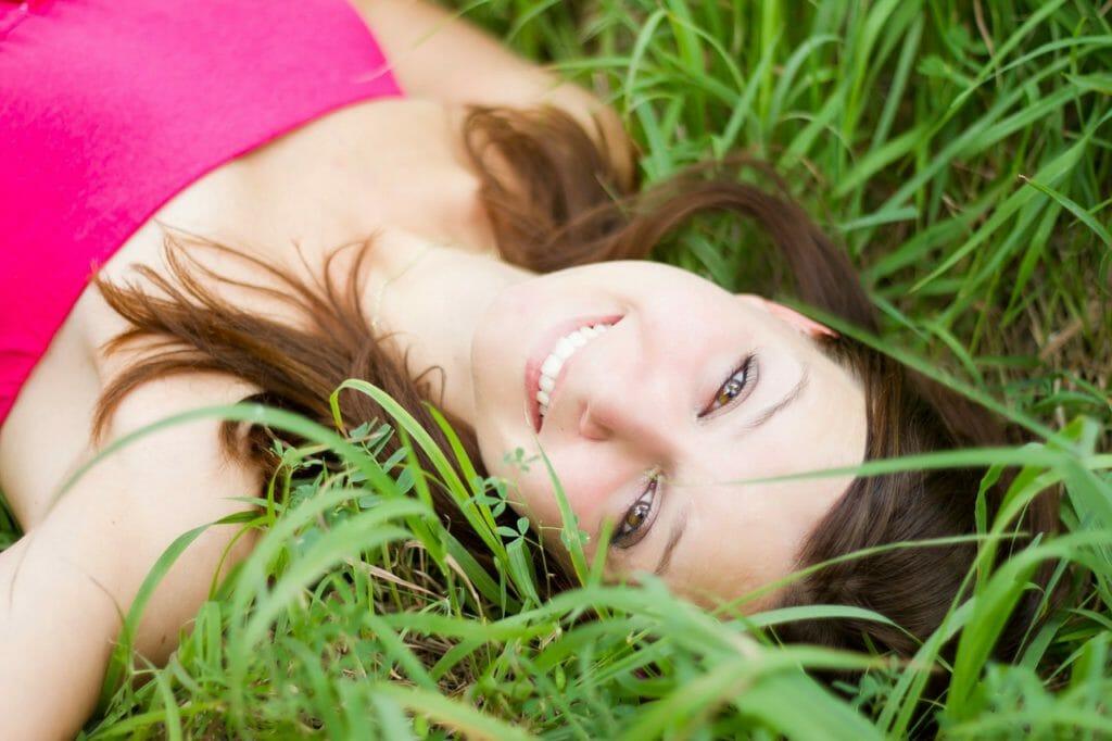 草むらで寝転ぶ女性