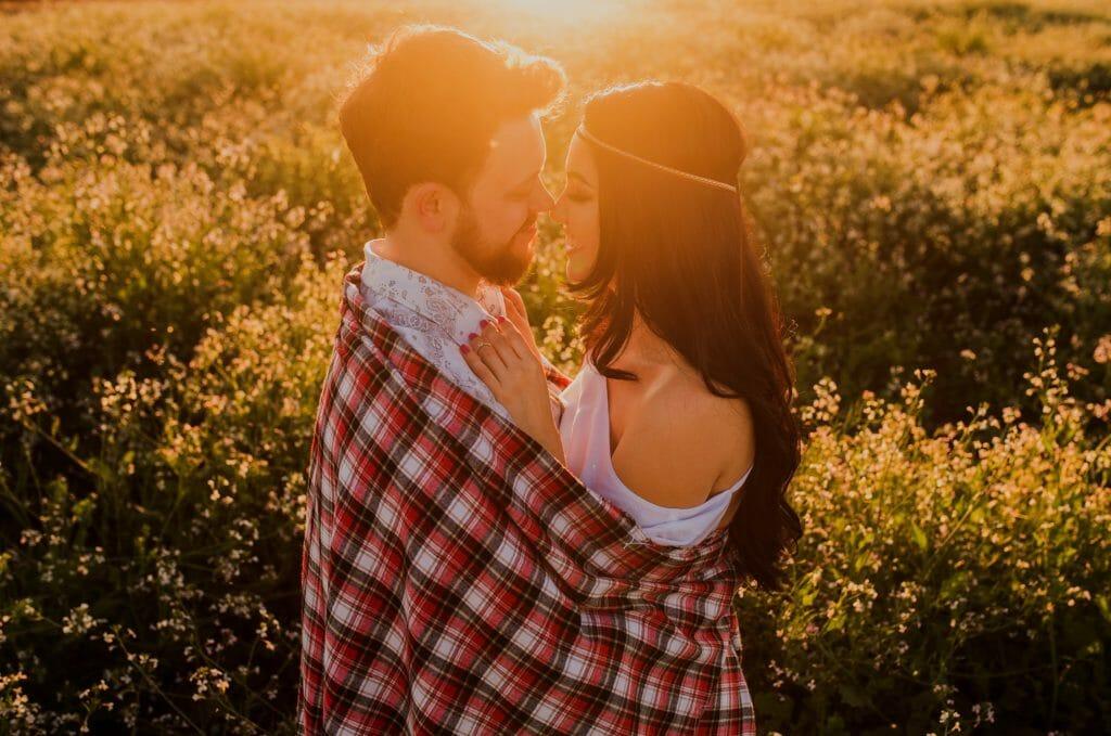 お花畑で抱き合う男女