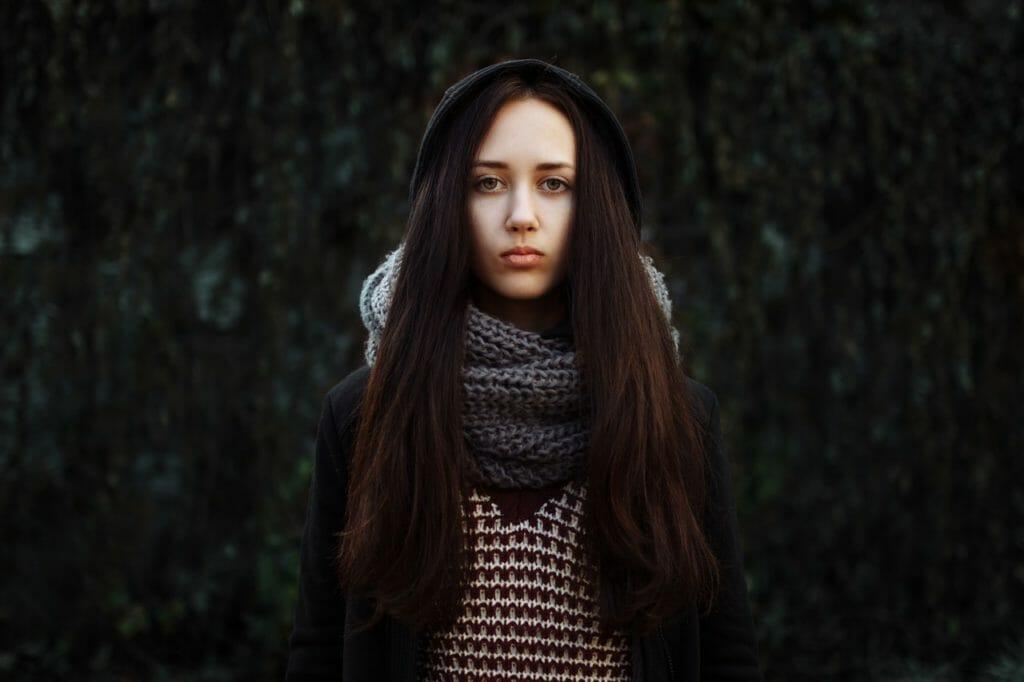ひとりぼっちで無表情の女性