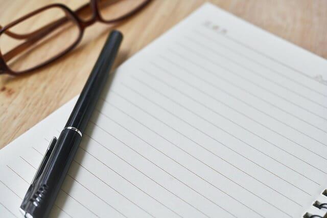 メモ帳とペンとメガネ