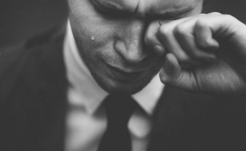 泣く男性男性